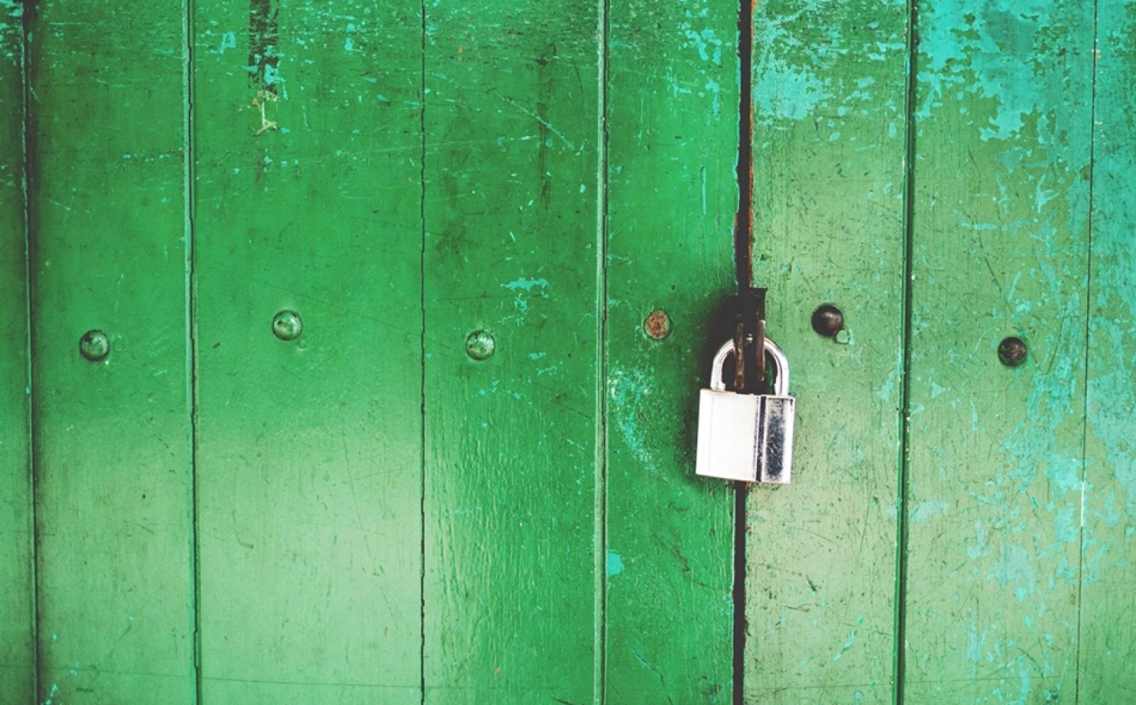 南京錠がかかった緑の扉